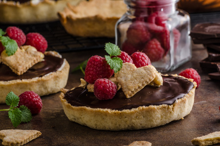 Chocolate tartalets with nuts, sugar and cocoa