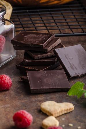 견과류, 설탕, 코코아가 든 초콜릿 타르트렛