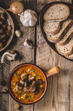 Soupe goulash avec croûtons de pain cuit Banque d'images - 87178102