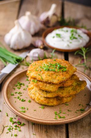 Aardappelpannekoeken met binnen zure room, kruiden en knoflook