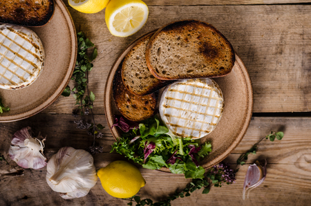 Gegrilde camembert kaas, minisalade en gebakken brood
