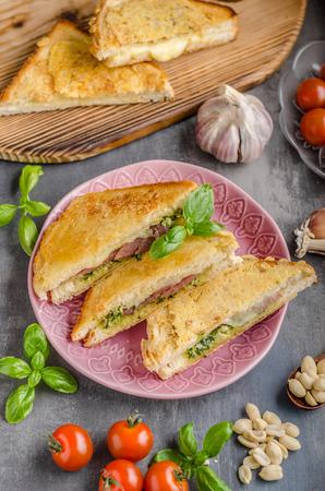Sandwich au pesto, repas rapide et délicieux au pesto Banque d'images - 91273696