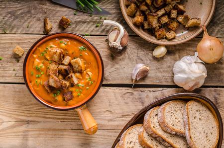 Soupe de goulasch aux croûtons de pain cuit Banque d'images - 91900686