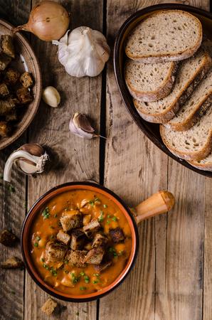 Soupe de goulasch aux croûtons de pain cuit Banque d'images - 91900790