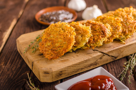 Delish potato pancakes with ketchup, crispy pancakes from potato, fried Foto de archivo