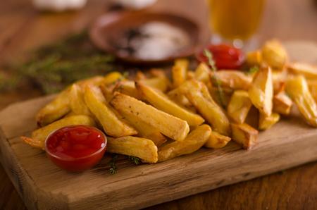 オーガニックケチャップ付き自家製フライドポテト、食品写真 写真素材