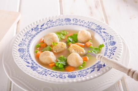 Soupe de poulet au printemps, légumes et rôties, photographie culinaire, soupe fraîche et saine Banque d'images - 94765085