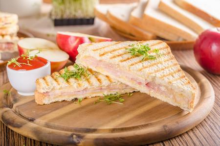 Pain grillé au jambon au fromage Panini, pomme fraîche, sandwich au dos, photographie culinaire Banque d'images - 95902743