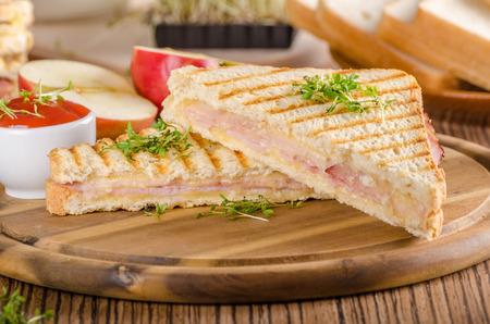 Pain grillé au jambon au fromage Panini, pomme fraîche, sandwich au dos, photographie culinaire Banque d'images - 95902783