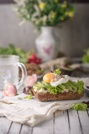 Homemade avocado poached egg sandwich wholegrain bread Zdjęcie Seryjne