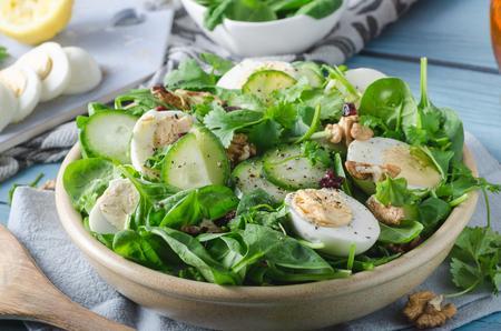Ensalada saludable deliciosa y sencilla con nueces, huevos y pepino