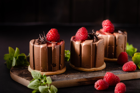 Delicious dessert with dark chocolate and fresh raspberry inside Banque d'images - 124450135