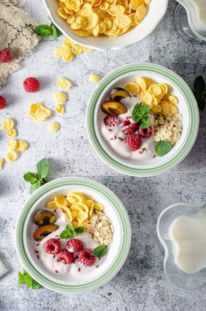 Full breakfast with lots of forest fruit, plums and yoghurt Stockfoto - 129360424