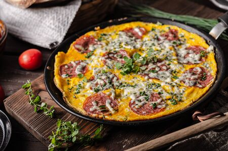 Comida fácil de preparar con salami, queso azul, hierbas frescas en la sartén, delicioso pan crujiente
