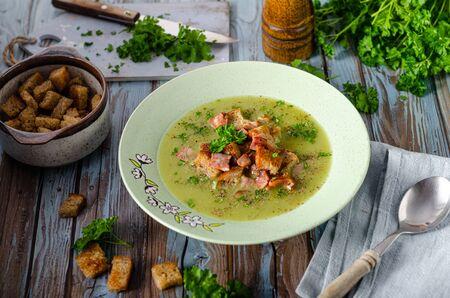 Einfache, aber leckere Suppe mit Kräutern, Semmelbrösel aus gebratenem Brot und scharfem Pfeffer