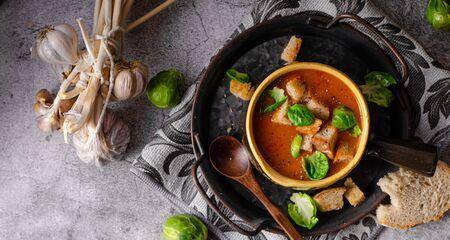 Deliziosa zuppa di carne, pane croccante e cavolini di Bruxelles alla griglia