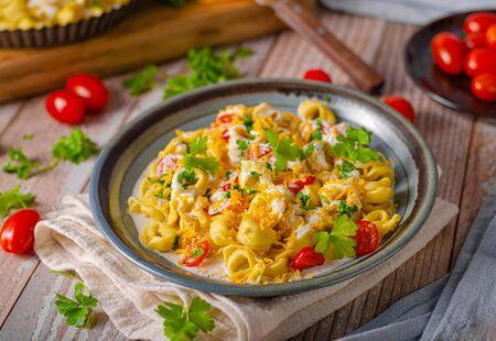 Italian tortellini with herbs and cheese sauce 版權商用圖片