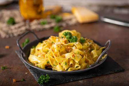 Delicious organic pappardelle with roasted garlic and chilli flakes Standard-Bild