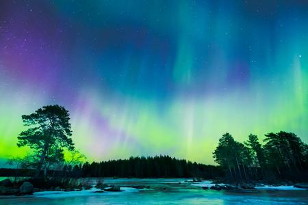다채로운 북부 하늘에 오로라 보 리 얼리스 조명