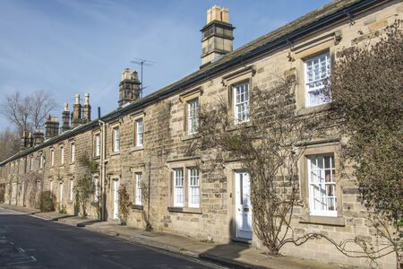 derbyshire: Stone built terraced cottages on a street in the Derbyshire town of Bakewell Stock Photo