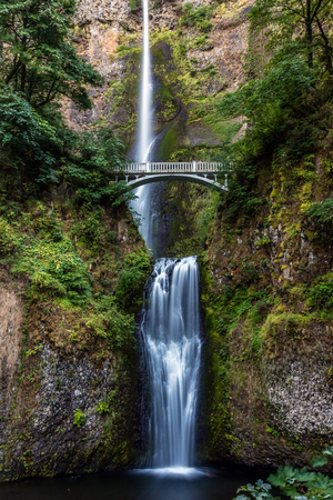 Multnomah Falls is a waterfall on the Oregon side of the Columbia River Gorge, along the Historic Columbia River Highway. 版權商用圖片