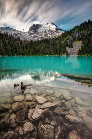 Joffre Lake Middle, high in the alpine wilderness of British Columbia, Canada 版權商用圖片 - 106363822