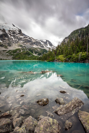 Turquoise lake in the mountains. the spectacular turquoise color of the upper joffre lake in the mountains of British Columbia, Canada 版權商用圖片