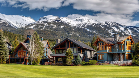 Luxury Homes on Nicklaus North Golf Course in Whistler on a sunny Spring day with Blackcomb Mountain in the background. Whistler, British Columbia Canada 版權商用圖片 - 106363956