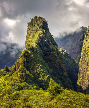 Iao Valley in the heart of the West Maui mountains in Hawaii 版權商用圖片 - 106364402