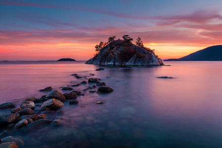 Rocks leading to Whyte island at high tide, Whytecliff park West Vancouver, British Columbia at Dusk 版權商用圖片