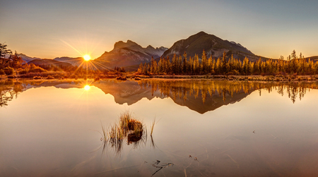 Sunrise at Vermilion lakes in Banff National Park, Alberta, Canada. 版權商用圖片 - 104951930