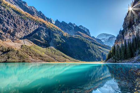 Sun rays over the mountains at lake Louise in banff national park, Alberta, canada 版權商用圖片 - 104951934