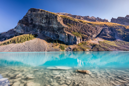 Turquoise water of the scenic Lake Louise in Banff National Park, Alberta, Canada 版權商用圖片