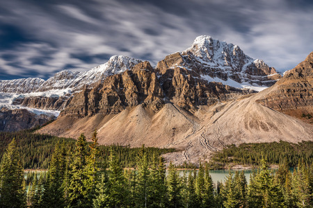 Mont Crowfoot on the very scenic Icefield Parkway, one of the most beautiful drive in the world, in the heart of the Canadian rockies. Banff national park, Alberta, Canada. 版權商用圖片 - 104951956