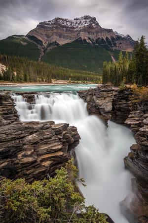 Athabasca Falls on the Icefield Parkway, Jasper National Park, Alberta, Canada. 版權商用圖片 - 104951965