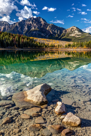 Pyramid Mountain reflection at Patricia Lake in Jasper National Park, Alberta, Canada 版權商用圖片 - 104951969