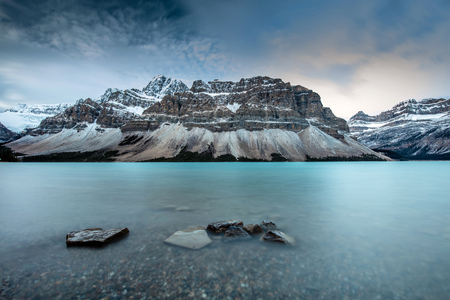 Icy Blue Bow Lake at Dawn on the Icefield Parkway, Banff National Park, Alberta, Canada. 版權商用圖片