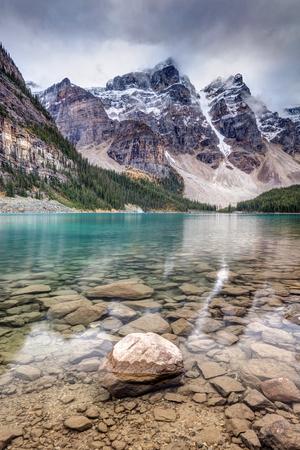 Dark Skies at Moraine Lake in Banff National Park, Alberta, Canada. 版權商用圖片