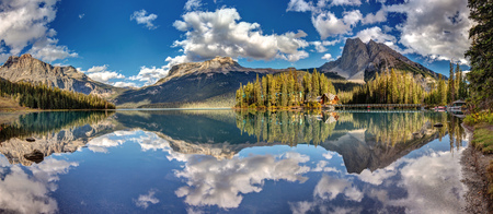 Panoramic view ofEmerald Lake in Yoho National Park, British Columbia, Canada. 版權商用圖片
