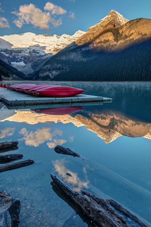 Red canoes at the very scenic Lake Louise, Alberta, Canada 版權商用圖片