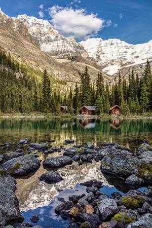 Mountain Reflection at Lake OHara in Yoho National Park, British Columbia, Canada 版權商用圖片 - 104951991