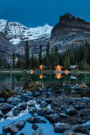 O'Hara Lake Lodge at twilight in Yoho National Park, British Columbia, Canada 版權商用圖片 - 104951993