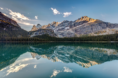 Calm and quiet morning in the wilderness of the stunning Lake Ohara in the heart of the Canadian Rockies, Yoho National Park, British Columbia. 版權商用圖片 - 104951998