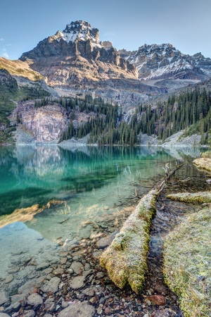 Lake O'Hara Scenic Shoreline with towering Mount Huber. On a clear and cold morning in Yoho National Park, British Columbia, Canada. 版權商用圖片 - 104951999