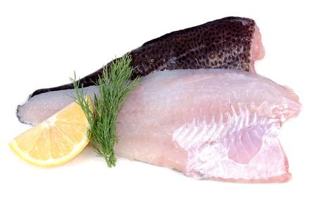 Rauwe kabeljauw visfilets met citroen en dille