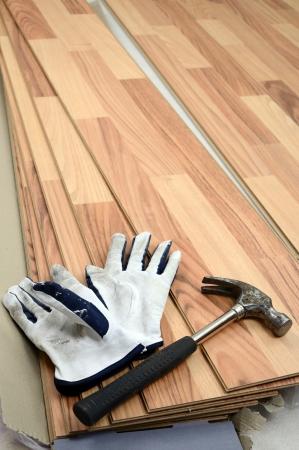 Carpenter tools op nieuwe panelen vloer Stockfoto