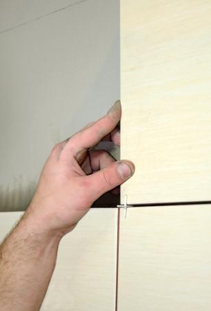 Meten een nieuwe tegels Stockfoto