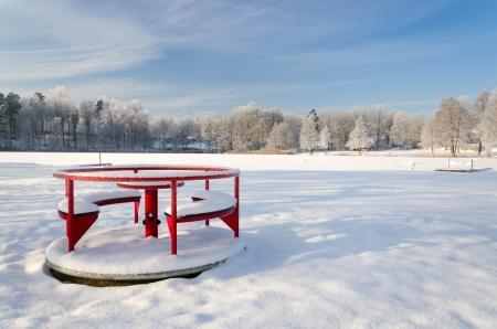 Speeltuinen rode carrousel in het winterseizoen Stockfoto