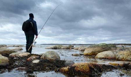 Eenzame visser op de lente zee