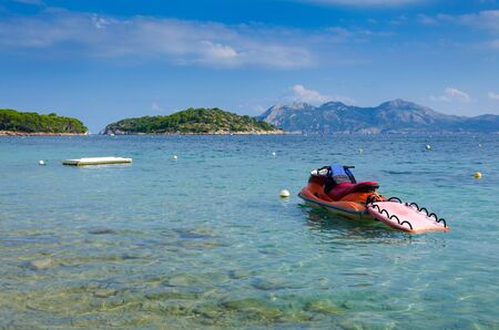 jet ski: Jet ski dans la baie tropicale